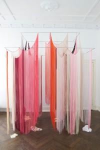 ohne Titel, Fadenvorhänge, Nylon, Stahl, 2008-2016, 400 x 250 x 150 cm